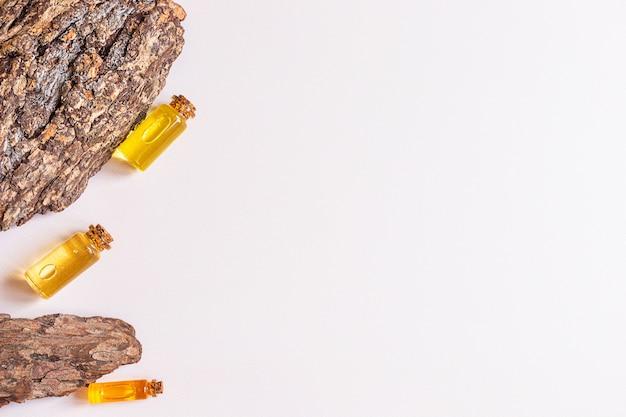 Flessen natuurlijke etherische olie en boomschors