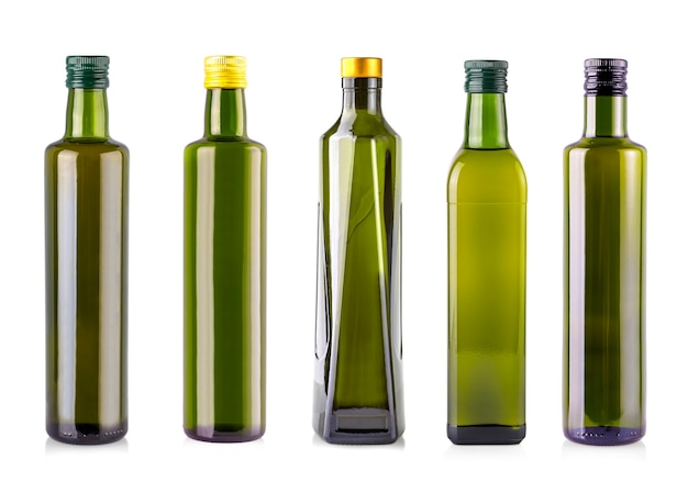 Flessen olijfolie geïsoleerd op een witte achtergrond.
