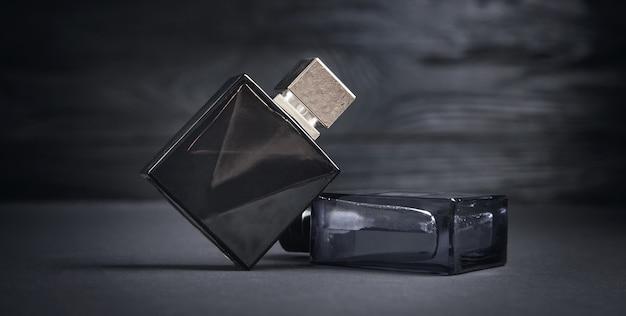 Flessen parfum op de zwarte achtergrond.