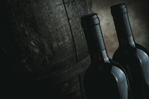 Flessen rode wijn en vat - beeld desaturated stijl