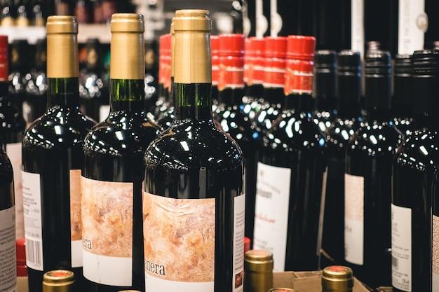 Flessen rode wijn in een winkel