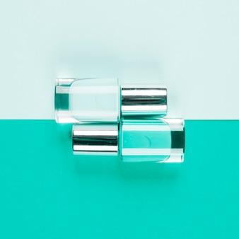 Flessen van teal nagellakflessen op dubbele achtergrond