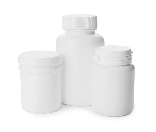 Flessen van verschillende pillen op witte achtergrond