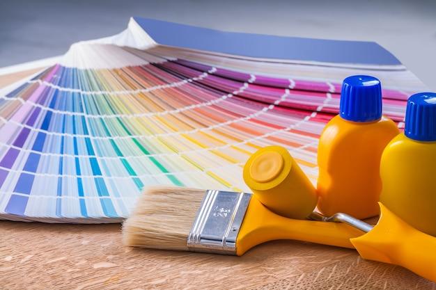 Flessen verf penseel paintroller kleurenpalet