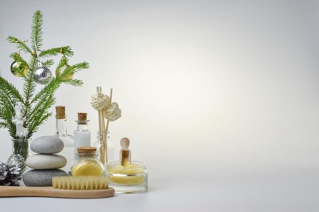 Flessen vloeistof naast een handdoek en een massageborstel