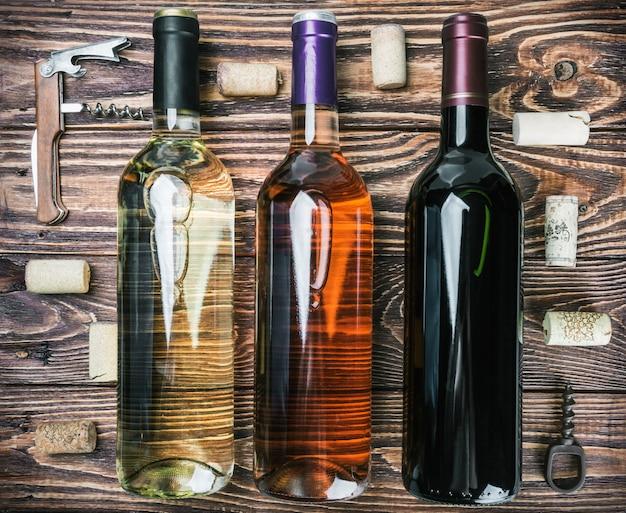 Flessen wijn en verschillende accessoires