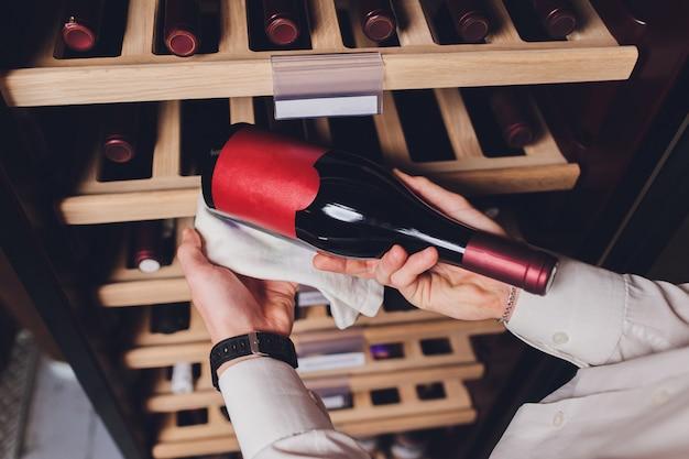 Flessen wijn in de koelkast bewaren. alcoholische kaart in restaurant. wijn koelen en bewaren.