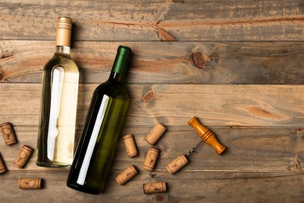 Flessen wijn op een houten lijst worden gelegd die