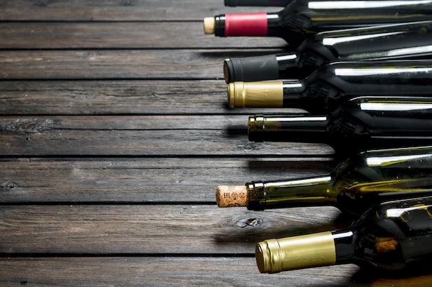 Flessen witte en rode wijn. op een houten.