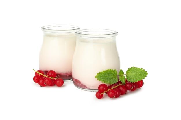 Flessen zure roomyoghurt die op wit wordt geïsoleerd