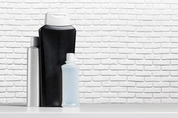 Flessenbad shampoo soap spa toilettas op de tafel