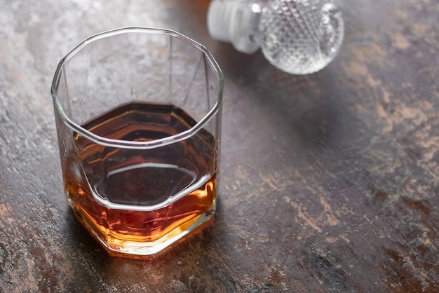 Flessenwhisky en glas wisky op zwarte achtergrond