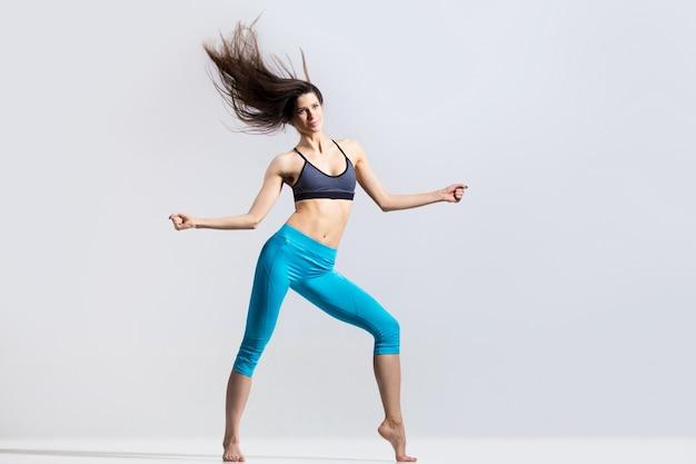 Flexibele sportvrouw dansen