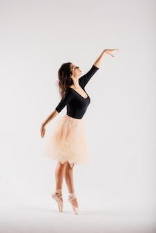 Flexibele vrouw, balletdanser in zwarte bodysuits, ballerina