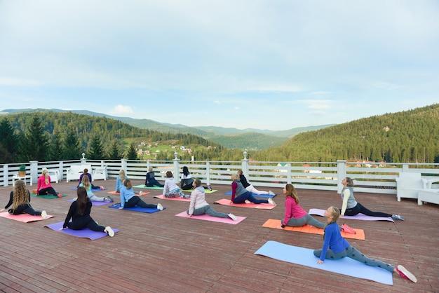 Flexibele vrouwen op fitnessles buitenshuis.