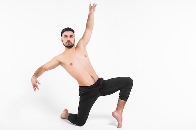 Flexibiliteit. fitness en een gezonde levensstijl. sexy man en een gezond