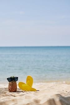 Flip-flops en ananas op strand