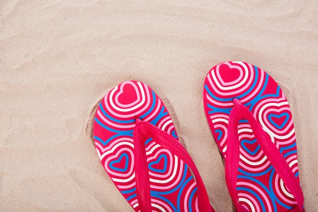 Flip flops op zandstrand