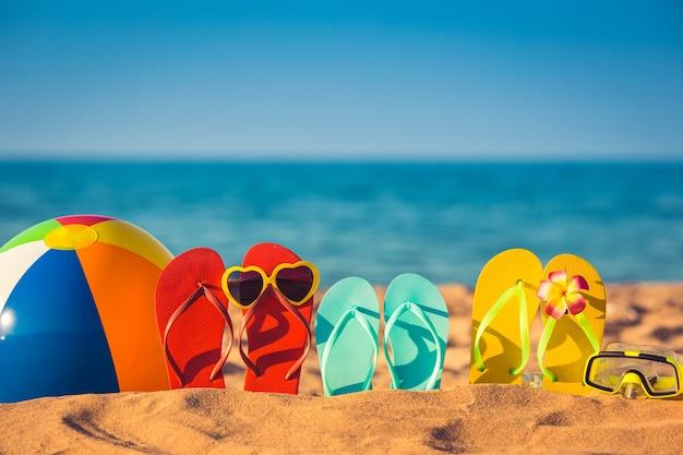Flip-flops, strandbal en snorkelen op het zand. zomer vakantie concept