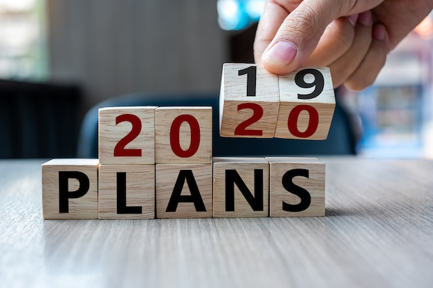 Flip-over blok 2019 tot 2020 plannen woord op tabelachtergrond.