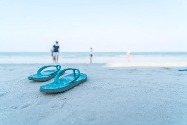 Flipflops op een zandig oceaan strand