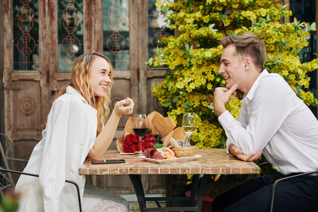 Flirtend paar bij restaurant