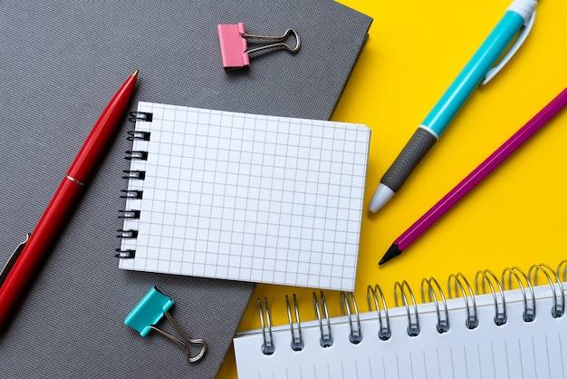 Flitsende schoolkantoorbenodigdheden, heldere leercollecties, creatieve schrijfhulpmiddelen, educatieve dingen, gemengde studentenspullen pen papieren notitieboekje plaknotities potlood