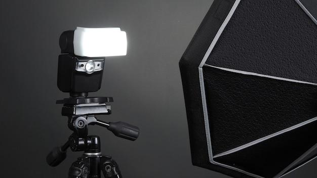 Flitslicht op statief in studioproductie opgezet voor professionele fotograaf die foto's maakt