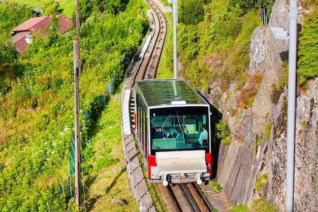 Floibanen is een kabelbaan in de stad bergen, noorwegen. floibanen rent de berg floyen op.