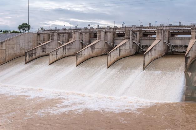 Floodgate van de dam die open is voor afvoer, locatie pa sak jolasid dam, lop buri, thailand