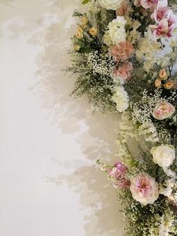 Flora tot bloei komende rozen en orchidee op bloeiende feestelijke bloemen, liefde valentine en het wieden van concept.