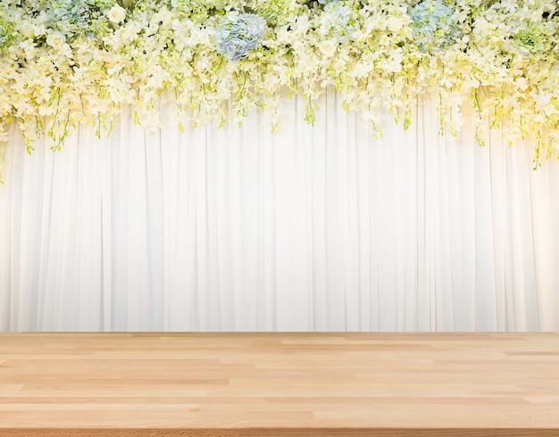 Floraachtergrond met houten vloer en witte doekachtergrond