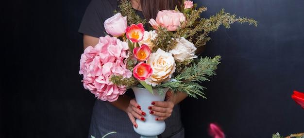Floral vrouw boeket van roze rood witte bloemen maken