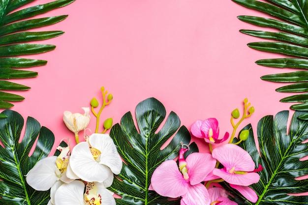 Florale achtergrond van tropische boom bladeren monstera en palm, orchideebloem met een ruimte fo