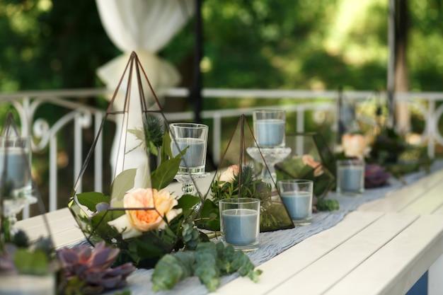Florarium met verse succulente en roze bloemen feestelijke tafeldecoratie