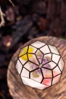 Florarium op de kleine houten tafel