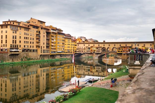 Florence (italië), 11 oktober 2018: ponte vecchio over de rivier de arno in florence, italië.