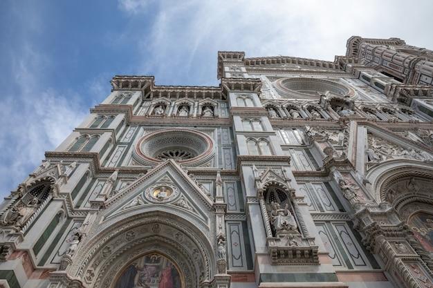 Florence, italië - 24 juni, 2018: close-up beeld van de gevel van de cattedrale di santa maria del fiore (kathedraal van de heilige maria van de bloem) is de kathedraal van florence