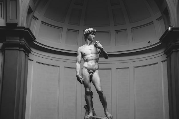 Florence, italië - 24 juni 2018: close-up van renaissance beeldhouwkunst is david van michelangelo, gemaakt tussen 1501 en 1504 in de academie voor schone kunsten van florence (accademia di belle arti di firenze)