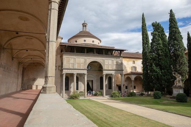Florence, italië - 24 juni, 2018: panoramisch uitzicht op de binnentuin van de basilica di santa croce (basiliek van het heilige kruis) is de franciscaanse kerk in florence en de kleine basiliek van de rooms-katholieke kerk