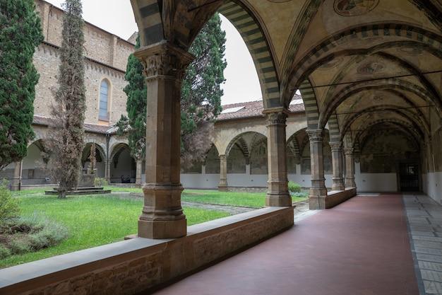 Florence, italië - 24 juni, 2018: panoramisch uitzicht op de binnentuin van de basiliek van santa maria novella. het is de eerste grote basiliek in florence en de belangrijkste dominicaanse kerk van de stad