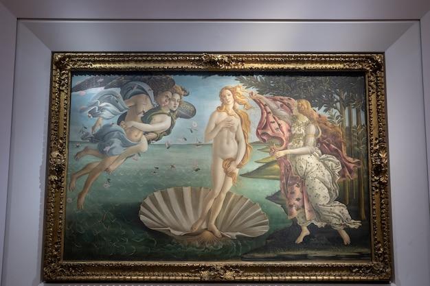 Florence, italië - 26 juni 2018: close-up foto van nascita di venere (de geboorte van venus) is een schilderij van de italiaanse kunstenaar sandro botticelli, foto in de hal van de galleria degli uffizi (galleria degli uffizi)