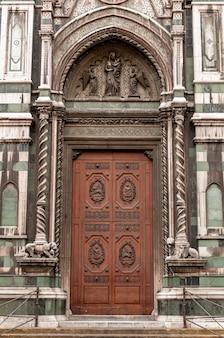 Florence italië basiliek santa maria del fiore details van de gevel