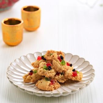 Florentijnse koekjes voor ied fitr. geïsoleerd op witte tafel achtergrond. florentijnse kue kering populair in indonesië gemaakt van meel, gedroogd fruit en rozijnen. geserveerd tijdens lebaran.
