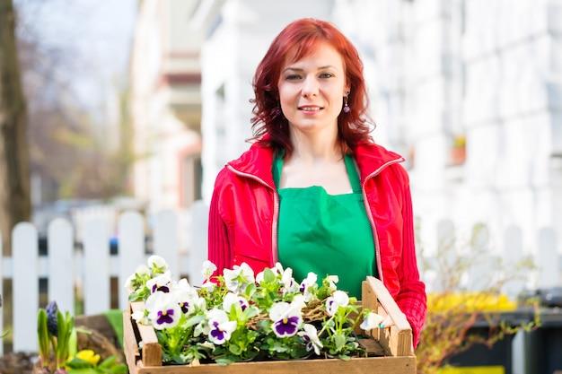 Floristin mit pflanzen lieferung vor laden