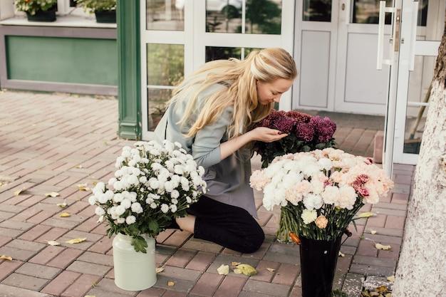 Flower shop eigenaar van een klein bedrijf. bloemist bereidt boeket voor