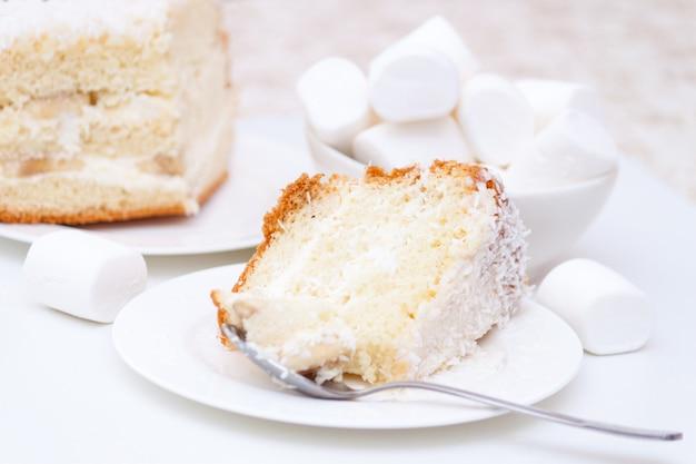 Fluitje van een cent met witte room en kokoschips en marshmallows