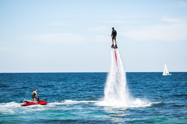 Fly board rider in de oceaan