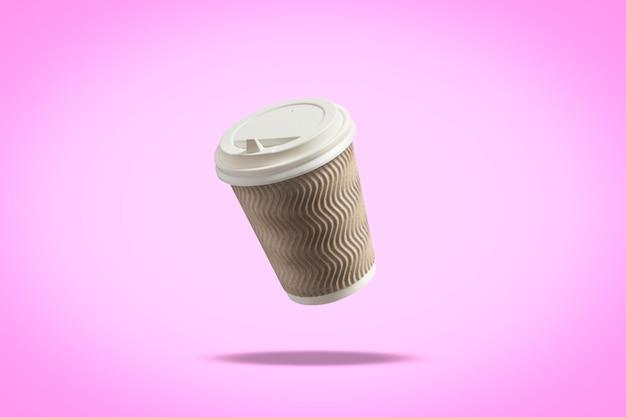 Flying paper cup met een deksel voor koffie of thee op een paarse ondergrond. levitatie. koffie en coffeeshopconcept, afhaalmaaltijden, ontbijt met u.
