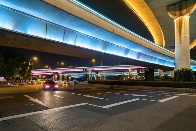 Flyovers en autowegen die 's nachts gloeien